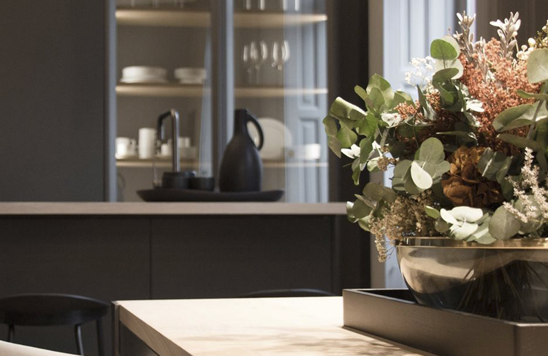 Dos vidrieras a modo de alacena se convierten en el foco de todas las miradas. Cocina Dica.