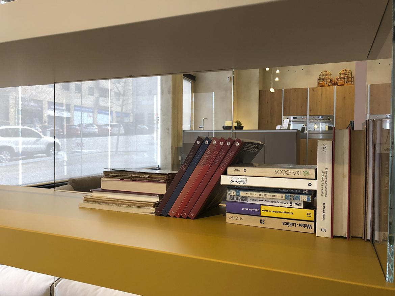 Alternar libros colocados de forma vertical con otros que lo hagan de manera horizontal.