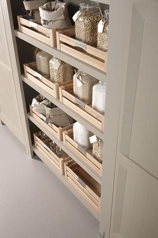¿Cocina rústica o industrial? En el caso de que elijas módulos de madera, recuerda que siempre será más difícil de limpiar que los metalizados.