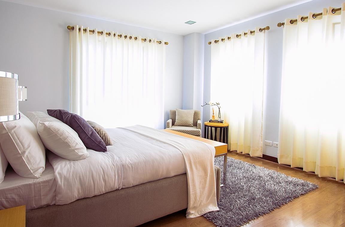 Viste tus ventanas con las cortinas idóneas. Como consejo, te recomendamos que selecciones un modelo que te permita aprovechar al máximo la luz natural.